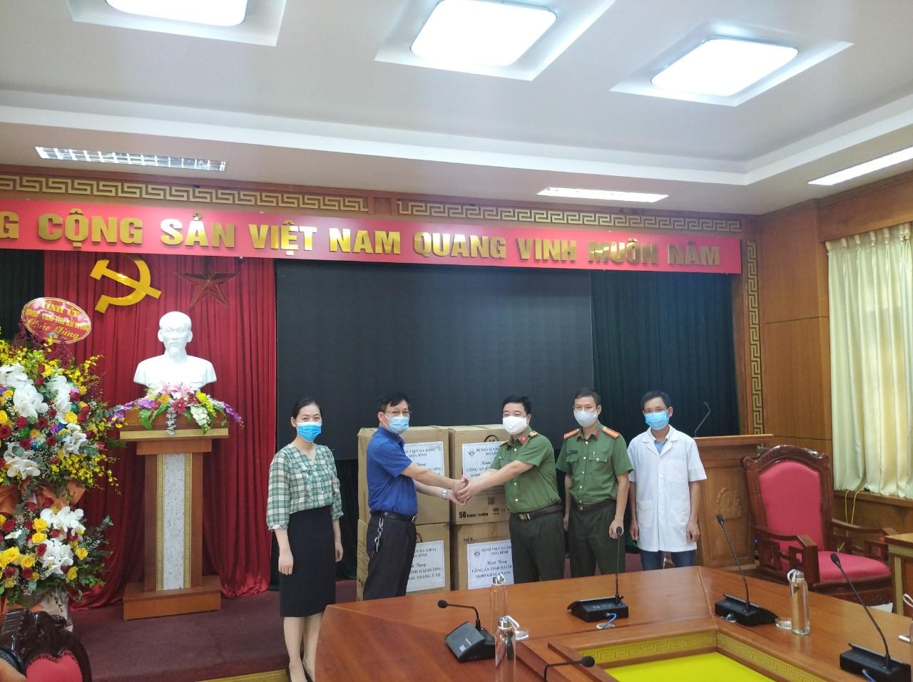 Tặng khẩu 10000 khẩu trang cho các đơn vị (5)